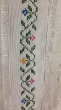 This Pin was discovered by Sud Cross Stitch Rose, Cross Stitch Borders, Cross Stitch Flowers, Cross Stitch Designs, Cross Stitching, Cross Stitch Embroidery, Embroidery Patterns, Hand Embroidery, Cross Stitch Patterns