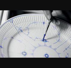 Grande-assiette-en-porcelaine-a-motifs-delicats-D-27cm-bleu-v4