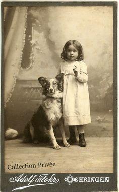 jouets d'enfants, jeux de photographes : Petite fille posant avec son chien. Photographie A...