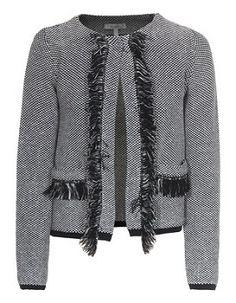 """Chanel presentó la firma de su chaqueta cardigan en 1925 y la firma """"pequeño vestido negro"""" en 1926. La mayoría de sus modas tenían un poder de permanencia, y no cambia mucho de año en año o, incluso, de una generación a otra. Hoy en día se sigue imitando por muchos diseñadores"""