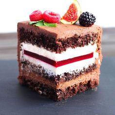 Chocolate Raspberry Cake – Pastry World Cake Receipe, Easy Cake Recipes, Frosting Recipes, Sweet Recipes, Russian Cakes, Chocolate Raspberry Cake, Cake Chocolate, Chocolate Buttercream Frosting, Easy Cake Decorating