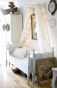 Wat een leuk idee om een klamboe zo neer te hangen. Gezellig met lichtjes en leuke brocante uitstraling