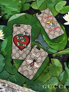 Discover more gifts from the Gucci Garden. The kingsnake, tiger and bee, feature on GG Supreme phone cases by Alessandro Michele.