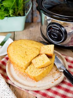 Go oven-less with this delicious slow cooker cornbread. A quick and easy recipe that cooks in your crock pot or slow cooker and is egg free. Slow Cooker Bread, Slow Cooker Bbq, Slow Cooker Recipes, Crockpot Recipes, Slow Cooking, Apfel French Toast, Slow Cooker Ratatouille, Barbecue Sides, 200 Calories