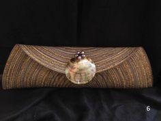 En tonos de gris con hilos dorados, broche de madre perla y piedras