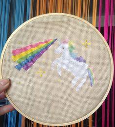 Quadro bordado Unicórnio Arco-íris