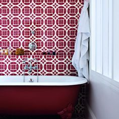 Le rouge dans une salle de bain - Marie Claire Maison