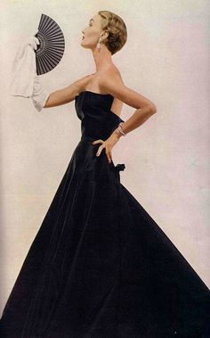 Christian dior Dressed in midnight blue. Evelyn Tripp in Christian Dior, 1949 Vintage Vogue, Vintage Glamour, Vintage Dior, Vintage Couture, Moda Vintage, Vintage Gowns, Vintage Beauty, Vintage Paris, 1940s Fashion