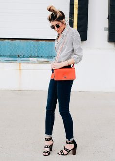 Caitlyn Warakomski com bolsa laranja