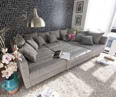 839,-€ (Jan.2015) DELIFE Couch Clovis XXL Hellgrau 300x185 cm mit Hocker und Kissen - Maße Hocker: B98 x H40 x T83 cm Sitzhöhe: 40 cm Sitztiefe Ottomane links/rechts (mit/ohne Kissen): 153/175 cm Sitztiefe Mittelteil (mit/ohne Kissen): 60/92 cm Armlehne: B10 x H57 x T185 cm Polsterung: Bonellfederkern mit Schaumpolsterung Besonderheiten: inklusive 9 mittleren (B50 x H60 cm) und 9 kleinen Kissen (B42 x H42 cm); inklusive Hocker; ohne Dekoration!  Maße: Sofa: B300 x H66 x T185 cm