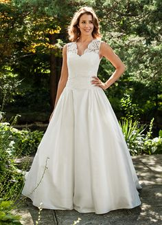 Belter Bernadette Wedding Dress Size 14 This Lea-Ann Belter Bernadette wedding dress is extremely elegant! The back of this gown is just as gorgeous as the front!Chinese dress Chinese dress may refer to: Discount Designer Wedding Dresses, Wedding Dresses Size 14, Formal Dresses For Weddings, Bridal Dresses, Wedding Gowns, Lace Wedding, Bhldn Wedding, Modest Wedding, Formal Wedding
