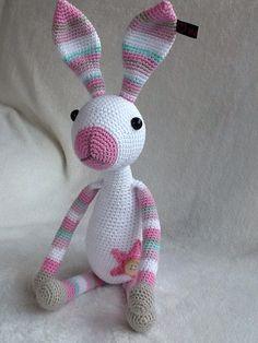 Snuf het konijn, gehaakt als kraamcadeau voor een ieniemienie meisje van 48 cm