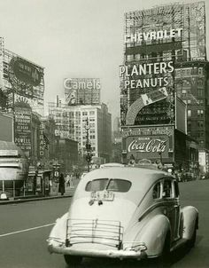 Times Square, New York, – source Another Vintage Point. Times Square, New York, – source Another Vintage Point. Old Pictures, Old Photos, Vintage Photographs, Vintage Photos, New York Vintage, Times Square New York, Photos Originales, Manhattan, Upstate New York