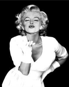 .Marilyn Monroe kisses....