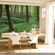 Die Fototapete für die Wand zeigt ein Waldmotiv und vergrößert optisch den Raum. Es wirkt, als ob man direkt im Wald frühstücken würde, der rustikale Holztisch…