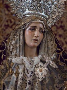 Alégrate María , llena eres de gracia el Señor es contigo, bendita eres entre todas las mujeres y bendito es el fruto de tu vientre, JESUS.