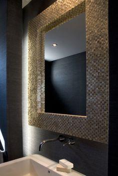 Baño cortesia con espejo en nacar y papel de rafia. Decoracion por Laura Yerpes