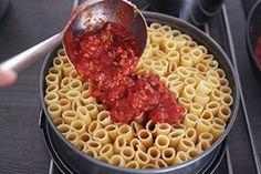 Serveer je pastagerecht eens op een originele manier met deze pastataart gemaakt met rigatoni pasta en bolognesesaus,