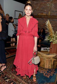 Самая модная сумка сезона c ручкой-браслетом, как у Оливии Палермо и Сиенны Миллер | Журнал Harper's Bazaar
