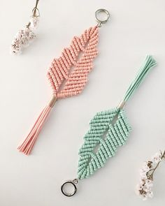 So Cute Macrame Keychain Ideas – Knitting And We Macrame Owl, Micro Macrame, Keychain Diy, Keychain Ideas, Keychains, Macrame Patterns, Beading Patterns, Yarn Crafts, Diy And Crafts