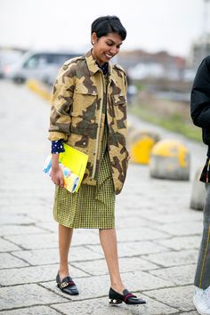 camo-gucci loafers-printed knee s kirt-mixed prints-star rints-work-milan fashion week street style- Top Street Style, Milan Fashion Week Street Style, Street Style 2016, Milan Fashion Weeks, Autumn Street Style, Cool Street Fashion, Street Chic, Simple Outfits, Cool Outfits