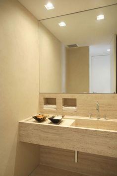 luminaire salle de bains spots encastrés sur le plafond avec un miroir carré