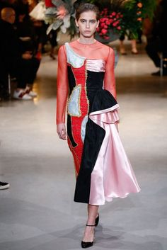 See all the Collection photos from Viktor & Rolf Spring/Summer 2017 Couture now on British Vogue Style Haute Couture, Spring Couture, Collection Couture, Fashion Show Collection, Fashion Week, Runway Fashion, Victor And Rolf, High End Fashion, Fashion Images