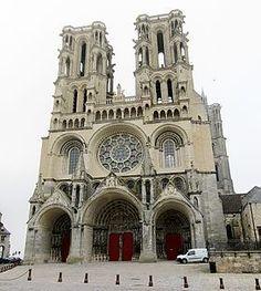 La façade ouest de la cathédrale de Laon.  Cette cathédrale fait l'objet d'un classement au titre des monuments historiques:  liste de 1840.  La construction de l'édifice actuel fut initiée par l'évêque Gautier (Gauthier) de Mortagne. Elle débuta en 1155 et continua jusqu'en 1235.