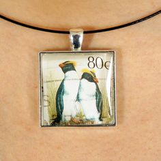 Joli pendentif fait avec un timbre-poste oblitéré par PetiteMeduse sur Etsy https://www.etsy.com/fr/listing/231104171/joli-pendentif-fait-avec-un-timbre-poste