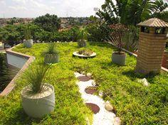 Quem gosta de plantas não mede esforços para construir um jardim. Enxerga todos os espaços como alternativas viáveis. É possível até desenvolver um belo jardim sobre uma laje. Mas não é pesado? Para onde vai a água?