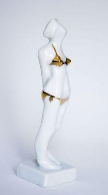 Figurka ceramiczna z serii Summer on the beach. Biała porcelana i bikini malowane prawdziwym złotem.
