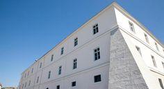 Livingston, City Apartment, Hotel Austria, Travel Hotel, Html, Garage Doors, Outdoor Decor, Carriage Doors