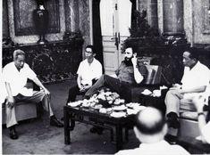 Fidel comparte con los dirigentes vietnamitas. Foto: Estudios Revolución/ Cubadebate