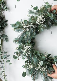 Eucalyptus Christmas tables: 10 ideas- Tables de Noel en eucalyptus : 10 idées 10 ideas for Christmas tables in eucalyptus for a Christmas Eve Hygge wreath DIY eucalyptus fir and gypsum gypsophyle for a Christmas lagom cozy slow life - Noel Christmas, Winter Christmas, Christmas Tables, Couronne Diy, Deco Table Noel, Fleurs Diy, Hygge, Scandinavian Christmas, Diy Wreath