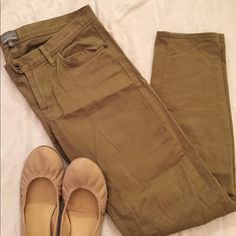 Like new Madewell New Haven pant green khaki Worn once, perfect for fall with boots and a scarf. They are mid-rise and are skinny at the ankles, 28' inseam. Madewell Pants Skinny