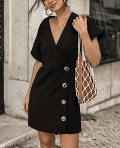 A VERY SIMPLE BLACK DRESS, WITH BUTTON DETAILING, LOOKS TOTALLY FABULOUS, WITH HER AWESOME SHOULDER BAG!