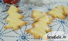 La recette des petits sablés de Noël en forme de sapins au citron. Recette au citron de petits bredele de Noël. Pâte sablée simple à faire.