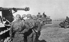 Военнослужащие 3-й дивизии СС «Тотенкопф» обсуждают план оборонительных действий с командиром «Тигра» из состава 503-го батальона тяжелых танков. Курская Дуга. июль-август 1943. Автор: Мерц (Merz)