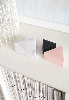 """DIY giftboxes """"triangle""""Set of 3, 3 sizes in the colors """"marble / black / soft pink""""to cut out."""