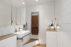 Förverkligade mina badrumsdrömmar och gjorde om litet badrum till lyxigt spabad med platsbyggt badkar i Mosaic från Mosaic Sweden. Vitt 15x15 satt i halvförband eller förskjutet förband. Armatur från Tapwell. Belysning med spottar från Flos och fiberoptisk stjärnhimmel. Golv i Gotländsk kalksten Norrvange. Linnehanddukar. Völundsgatan 7. @badrumsdrommar