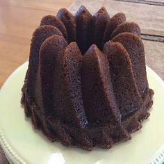 Nostalgiasarja jatkuu vanhoilla kahvikakuilla. Tänään tein suureen 3 litran vuokaan kardemummaista piimäkakkua. Piimäkakku on todel... Fruit Bread, Baked Donuts, Little Cakes, Trifle, Christmas Baking, Coffee Cake, Pie Recipes, Food And Drink, Sweets