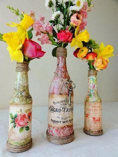 fles beplakt met snippers papier en een vintage etiket, voet en hals omwikkelen met touw
