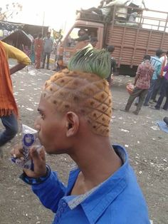 Hilarious pictures show people having a VERY bad hair day Neymar, Pictures Of People, Funny Pictures, Horrible Haircuts, Pineapple Hairstyle, Strange Photos, Strange Things, Hair Quotes, Men's Hairstyles
