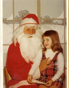 Ah, the Mall Santa Claus. Is there a more noble Christmas profession But sitting on creepy Santas lap is scary! Check out these funny crazy pics of kids visiting The Night Before Christmas, Christmas Past, Vintage Christmas, Funny Family Photos, Funny Pictures, Scary, Creepy, Bad Santa, Santa Baby