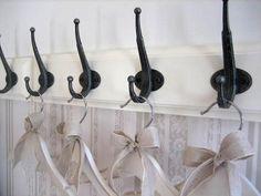 Ikean naulakot sekä itsekoristellut hengarit #vauvanhuone #babyroom #baby #romanttinen #hempeä #maalaisromanttinen