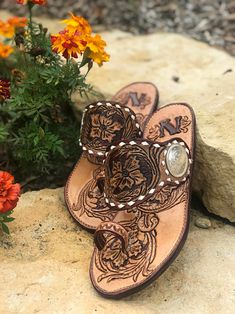 8 Tooled Leather Shoes Perfect for Summer 8 pairs of tooled leather shoes for summer! These options feature heels and flats with plenty of custom makers. Find your perfect pair of shoes! Spur strap sandals by Rustically Redeemed TX Justin Boots, Cute Shoes, Me Too Shoes, Western Shoes, Western Chic, Western Wear, Spur Straps, Old Gringo, Cowgirl Style