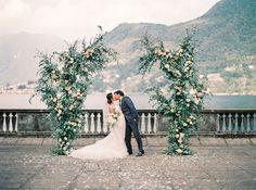Цвет сезона: свадебный декор в оттенке Greenery В 2017 году институт цвета Pantone объявил главным оттенком сезона цвет Greenery. Мы вдохновились палитрой молодой листвы и расскажем вам, как применить яркий тренд в оформлении свадьбы.