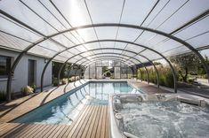 Una prolongación de la casa. La cubierta adosada se empalma directamente en la casa, en posición perpendicular. Los módulos de esta cubierta pueden ordenarse al final de la piscina o, por el contrario, contra la casa, para dejar espacio libre.