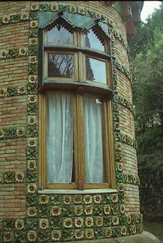 I've always wanted a turret window! Gaudi Barcelona, Barcelona Catalonia, Barcelona Travel, Barcelona Architecture, Architecture Details, Art Nouveau, Art Deco, Bilbao, Antonio Gaudi
