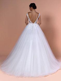 Romantisches Brautkleid mit Spitzenapplikationen auf dem Oberteil und tiefem Rückenausschnitt. Couture, Formal Dresses, Wedding Dresses, Fashion, Tops, Dress Wedding, Bridle Dress, Gowns, Dresses For Formal